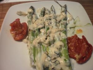 aspargos e alho poró com molho branco