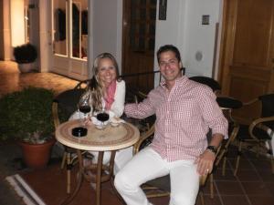 Carol e Lou tomando um vinho em Capri - 2010