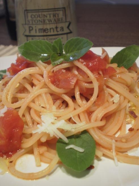 massa com o molho básico de tomate...deliciosa!!!