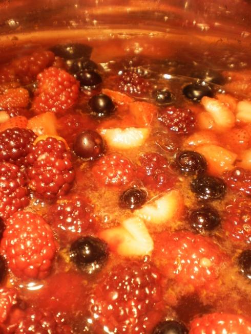 calda de frutas vermelhas em preparação